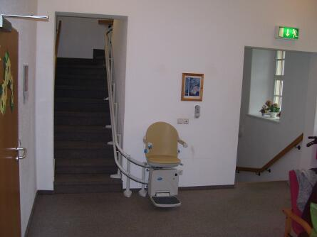 Treppe in Seniorenheim mit Lift