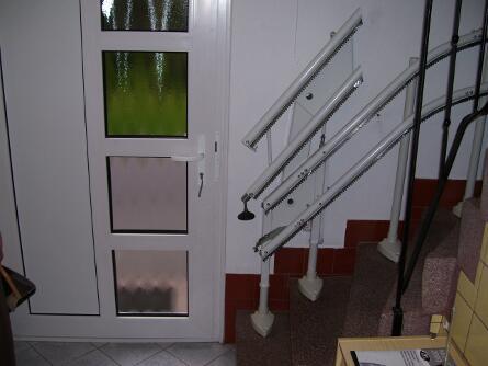 Klappschiene an Treppe neben Haustür
