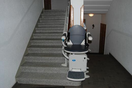 Treppenlift, der über 4 Etagen angebracht ist