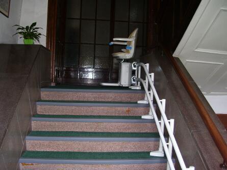 breite Steintreppe mit Lift