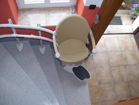 Treppenlift für steile Treppe in Dresden