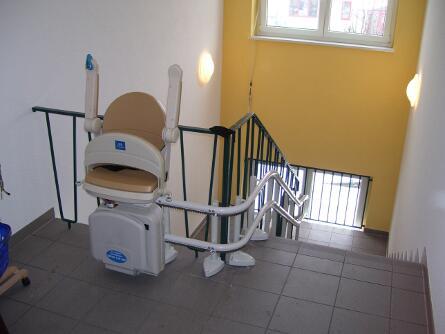 Hochgeklappter Treppenlift in chemnitzer Seniorenheim