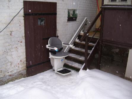 Außen Treppenlift funktioniert auch im Schnee