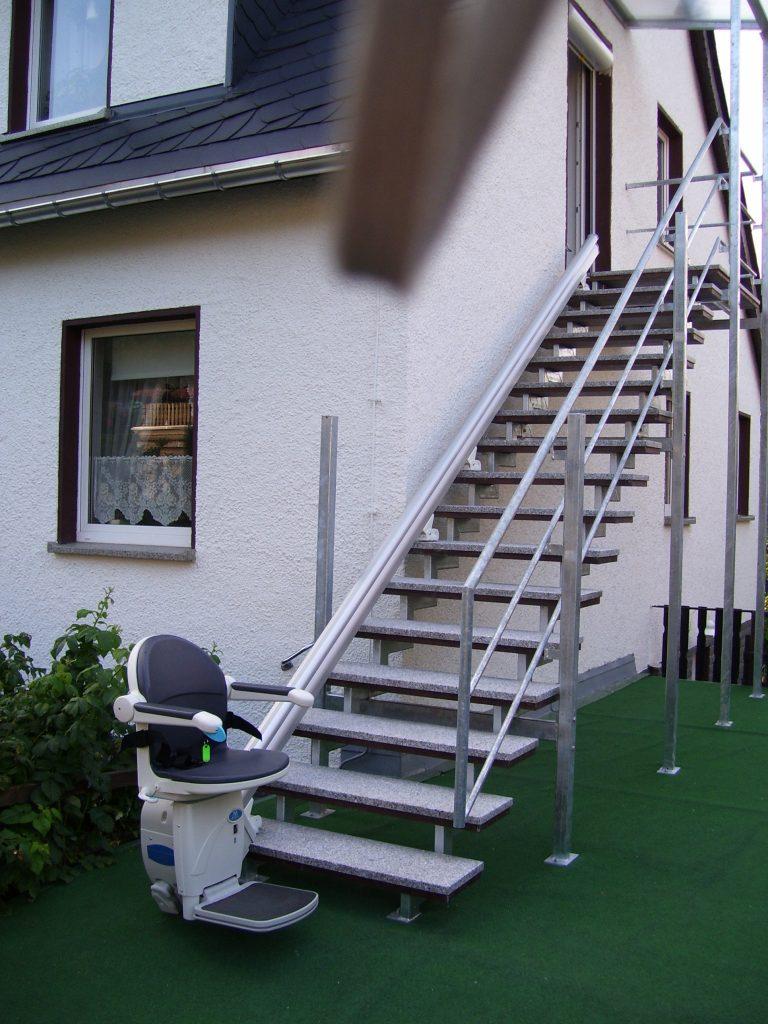 Vom Garten bequem ins Haus: Treppenlift für Außentreppe