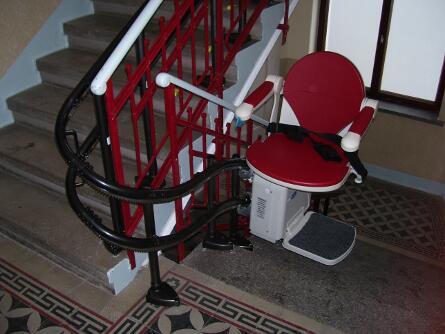 Treppenlift fährt aufwärts